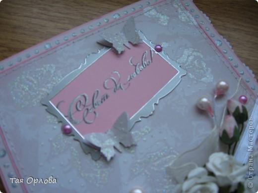 """Это мой дебют в изготовлении открытки к свадьбе.Друзья моей дочки решили связать свои судьбы.Дочка попросила сделать для них открытку.Ребята очень замечательные и хотелось сделать им приятное.Времени до свадьбы еще много и придумывать открытку начала давно,но долго мучилась.Специально для этого была куплена красивая бумага,но как-то все не собиралось в одно целое.Но вот вчера пришла с работы и оказалось ,что на водоканале авария и нам отключили воду.Вынужденное безделие сподвигло на """"подвиги"""".В итоге вот что получилось. фото 4"""