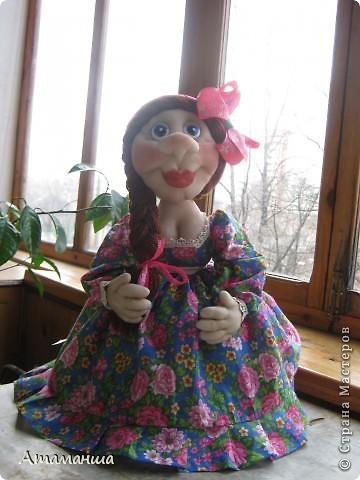 А это моя Марфушенька, кукла на чайник. Долго я её причесывала, никак не могла прическу подобрать. Вот ведь капризная какая попалась девушка. фото 1