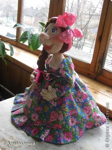 А это моя Марфушенька, кукла на чайник. Долго я её причесывала, никак не могла прическу подобрать. Вот ведь капризная какая попалась девушка. фото 3