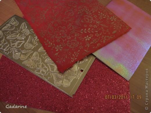 Берём красивую бумагу и наклейки в форме бабочек. фото 1