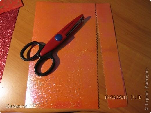 Берём красивую бумагу и наклейки в форме бабочек. фото 2