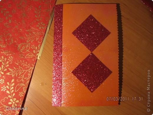 Берём красивую бумагу и наклейки в форме бабочек. фото 4