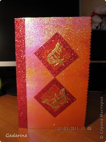 Берём красивую бумагу и наклейки в форме бабочек. фото 5