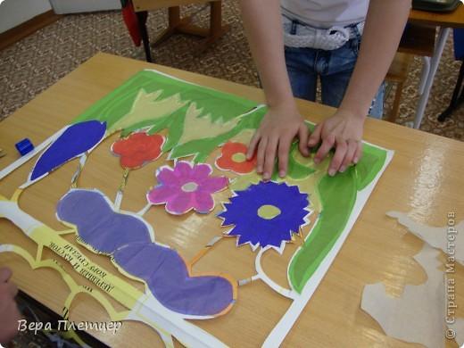 Раньше, когда солнце начинало печь, притеняли цветы бумагой,  но на конкурс весенних поделок впервые Оля сделала витраж. Ребята захотели сделать тоже что-то в этой технике, тогда пришла мысль сделать коллективную работу ( заодно все и научатся), да и окно станет красивым. Теперь и цветы не печёт, и в классе веселее. фото 6