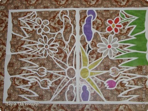 Раньше, когда солнце начинало печь, притеняли цветы бумагой,  но на конкурс весенних поделок впервые Оля сделала витраж. Ребята захотели сделать тоже что-то в этой технике, тогда пришла мысль сделать коллективную работу ( заодно все и научатся), да и окно станет красивым. Теперь и цветы не печёт, и в классе веселее. фото 5