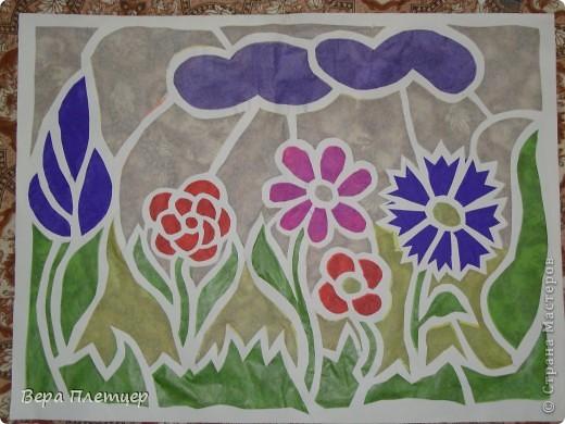 Раньше, когда солнце начинало печь, притеняли цветы бумагой,  но на конкурс весенних поделок впервые Оля сделала витраж. Ребята захотели сделать тоже что-то в этой технике, тогда пришла мысль сделать коллективную работу ( заодно все и научатся), да и окно станет красивым. Теперь и цветы не печёт, и в классе веселее. фото 4