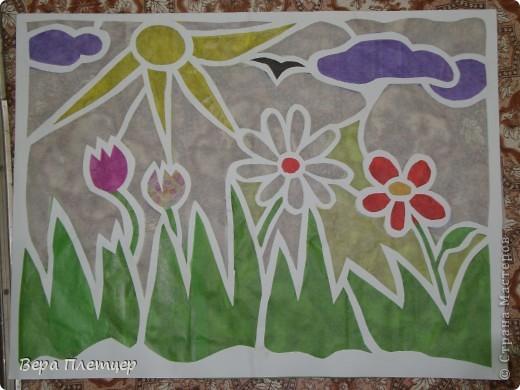 Раньше, когда солнце начинало печь, притеняли цветы бумагой,  но на конкурс весенних поделок впервые Оля сделала витраж. Ребята захотели сделать тоже что-то в этой технике, тогда пришла мысль сделать коллективную работу ( заодно все и научатся), да и окно станет красивым. Теперь и цветы не печёт, и в классе веселее. фото 3
