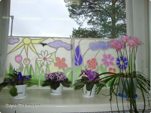 Раньше, когда солнце начинало печь, притеняли цветы бумагой,  но на конкурс весенних поделок впервые Оля сделала витраж. Ребята захотели сделать тоже что-то в этой технике, тогда пришла мысль сделать коллективную работу ( заодно все и научатся), да и окно станет красивым. Теперь и цветы не печёт, и в классе веселее. фото 1