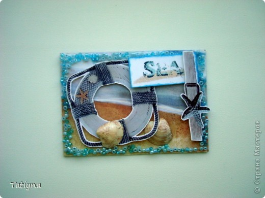 """Давно, вынашивала план сделать карточки в морском стиле, не знаю, так ли планировала, но то, что получилось перед вами!!! Эта серия под названием """"Море"""" подарочная, но конечно, не последняя,  увлекательное и приятное это занятие АТС делать!!!!  Карточки выполнены на скрап бумаге, украшены аппликацией, бисером, в этот раз бисер клеила на силикон, надеюсь карточки,  доберутся  до получателей в таком же виде, настоящими ракушками, которые подкрашены перламутровой белой акриловой краской. Приятного отдыха!!!! Выбирают:Yulia L, Yulia M, Марина (МАРСАМ), Татьяна Серова, Катюша (Kateryna), Людмила (Lirmiass) фото 6"""