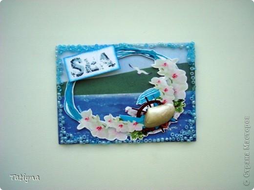"""Давно, вынашивала план сделать карточки в морском стиле, не знаю, так ли планировала, но то, что получилось перед вами!!! Эта серия под названием """"Море"""" подарочная, но конечно, не последняя,  увлекательное и приятное это занятие АТС делать!!!!  Карточки выполнены на скрап бумаге, украшены аппликацией, бисером, в этот раз бисер клеила на силикон, надеюсь карточки,  доберутся  до получателей в таком же виде, настоящими ракушками, которые подкрашены перламутровой белой акриловой краской. Приятного отдыха!!!! Выбирают:Yulia L, Yulia M, Марина (МАРСАМ), Татьяна Серова, Катюша (Kateryna), Людмила (Lirmiass) фото 3"""