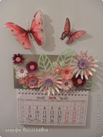 У меня был  трехэтажный календарь.Я его разделила на части,две из которых украсила по -своему.Фон заклеила коричневым картоном частично и наклеила свои любимые цветочки. фото 6