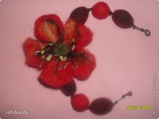 Это мое первое изделие в технике мокрого валяние, сделано на юбилей для моей тети. Осваивала сразу моркое валяние и бусин, и цветов. Подарок очень понравился имениннице. фото 4
