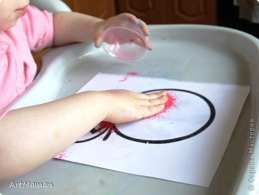 Эти поделки мы делали с дочкой (1 г. 9 мес.). Сначала я планировала, что мы ограничимся тремя картинками, но дочь просила еще и еще. В итоге сделали пять… фото 8