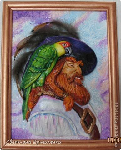 Перья на шляпе капитана фазаньи... ни один попугай в процессе сотворения портрета не пострадал. А фазан сам виноват, дорога - место опасное.