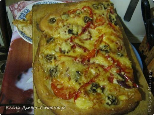 Одна знакомая мне дала рецепт теста, из которого можно испечь всё, что угодно: от пирожков до пиццы. Это уже половины пиццы только. Из духовки вытащила 5минут назад. фото 1