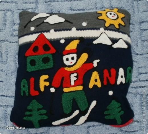 Был  любимым  свитером сынульки, отрезала  детали, зашила  верх и проймы  рукавов, вшила  молнию и теперь  любимая  думочка.