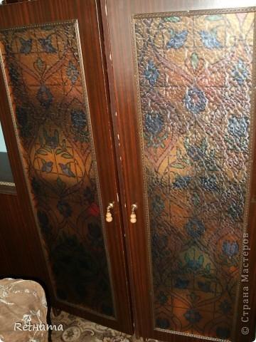 назревший  ремонт  заставил  взятьсь  за фотоаппарат, мебель прослужившая не один год  была  сделана  мужем  из  огромной советской стенки, дверки шкафов  из обычного стекла  заклеили витражной пленкой фото 1