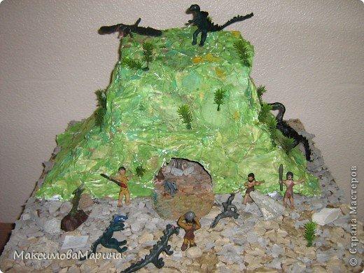 Я хочу поделиться секретом с Вами как мы делали эту пещеру.Эта одна из самых любимых поделок у ребят. У нас каждый раз разворачиваются новые сюжеты, то динозавры нападают, то динозавры убегают, то люди катаются на динозаврах и т.д . Я думаю  и Вашим детям  будет интересно сделать эту пещеру и поиграть . фото 1