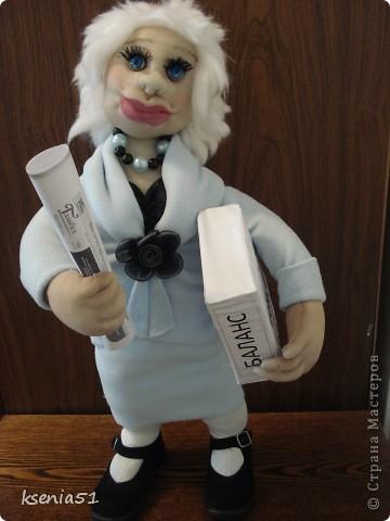 Кукла сшита в подарок на день рождения одной хорошей молодой женщине - главному бухгалтеру. Она блондинка, очень интересная и привлекательная дама, при этом большой профи. фото 1