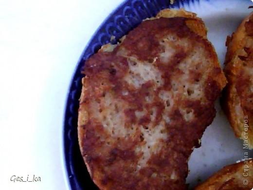 В 90-е годы, когда не платили зарплату, делали такие гренки: натереть на терке картофель, морковь, лук (в произвольной пропорции), посолить, поперчить по вкусу (можно добавить бульонный кубик), намазать на хлеб и жарить на разогретой, смазанной маслом, сковороде. Сперва жарим той стороной, где фарш, затем обратную сторону.  Готовность прожаривания фарша проверяем так: если при поднятии фарш держится на хлебе, значит, готово, переворачиваем и жарим обратную сторону фото 4