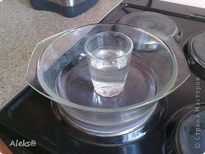Тесто: 3 яйца + 1/2 стакана сахара = взбиваем, топим 100гр маргарина, остужаем и добавляем в яйца, 1/2 ч.л. соды, чуток ванилина и 1 ст.л. какао + 1/2 стакана муки. Все перемешиваем. В стеклянную посуду для СВЧ ставлю стакан воды по серединке и выливаю тесто.  фото 9
