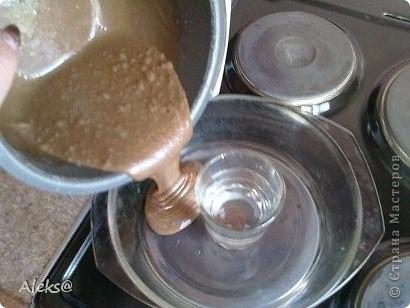 Тесто: 3 яйца + 1/2 стакана сахара = взбиваем, топим 100гр маргарина, остужаем и добавляем в яйца, 1/2 ч.л. соды, чуток ванилина и 1 ст.л. какао + 1/2 стакана муки. Все перемешиваем. В стеклянную посуду для СВЧ ставлю стакан воды по серединке и выливаю тесто.  фото 10