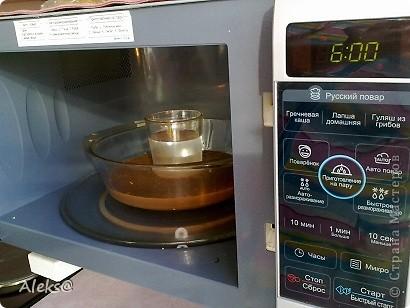 Тесто: 3 яйца + 1/2 стакана сахара = взбиваем, топим 100гр маргарина, остужаем и добавляем в яйца, 1/2 ч.л. соды, чуток ванилина и 1 ст.л. какао + 1/2 стакана муки. Все перемешиваем. В стеклянную посуду для СВЧ ставлю стакан воды по серединке и выливаю тесто.  фото 11
