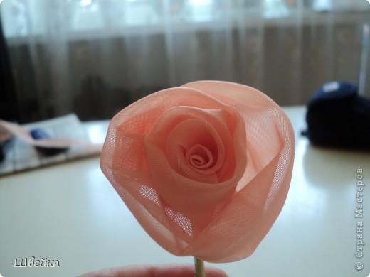 Роза из ткани.  Материалы: ткань двух цветов (для розы и листьев), нитки. фото 7