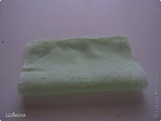 Роза из ткани.  Материалы: ткань двух цветов (для розы и листьев), нитки. фото 10