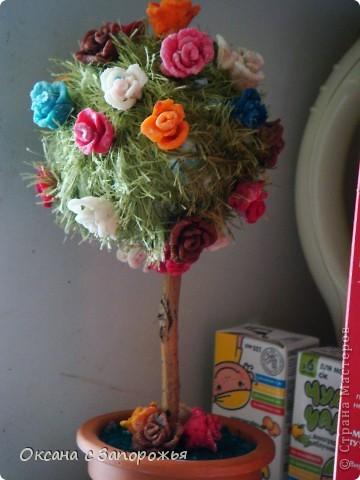 """Деревце сделано из остатков ниток """"травка"""" и розочек сделанных из холодного фарфора. фото 1"""