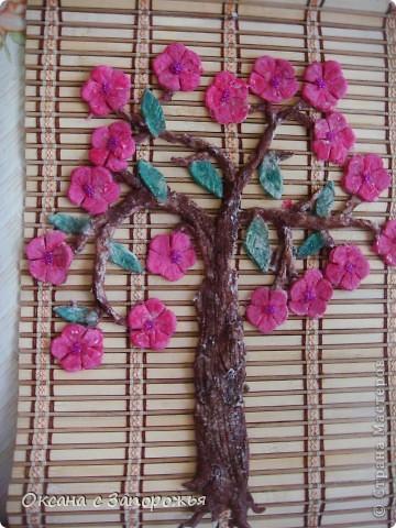 Это деревце приклеено на деревянную салфетку.