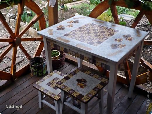 это конечный результат декора. сначала делала только стол, но в процессе поняла, что ему будет скучновато одному.....  фото 1