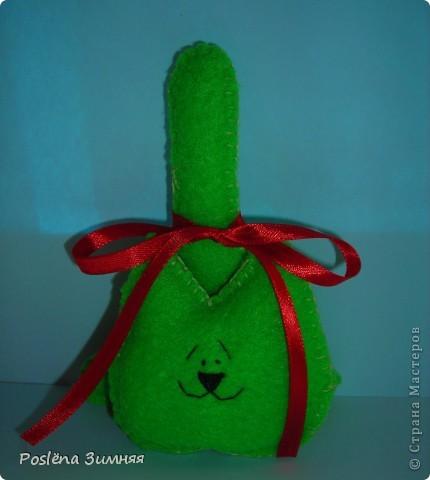 Красный котик. Сшит из флиса, украшен бантиком из атласной ленточки. Носик, глазки, брови и улыбка вышиты нитками. Высота 12 см с хвостом. фото 2