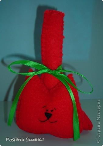 Красный котик. Сшит из флиса, украшен бантиком из атласной ленточки. Носик, глазки, брови и улыбка вышиты нитками. Высота 12 см с хвостом. фото 1