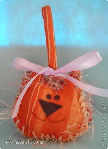Красный котик. Сшит из флиса, украшен бантиком из атласной ленточки. Носик, глазки, брови и улыбка вышиты нитками. Высота 12 см с хвостом. фото 4
