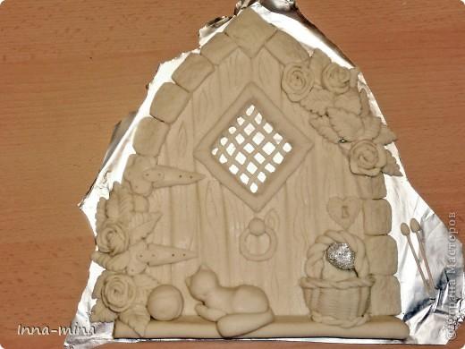 Мой долгодел. Подарок для подруги-вязальщицы. Дверца укреплена на деревянной плате 30х30 см, на которой и находятся крючки для ключей. фото 6