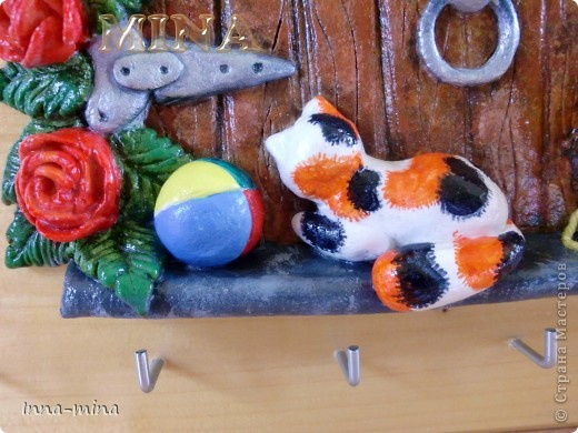 Мой долгодел. Подарок для подруги-вязальщицы. Дверца укреплена на деревянной плате 30х30 см, на которой и находятся крючки для ключей. фото 2