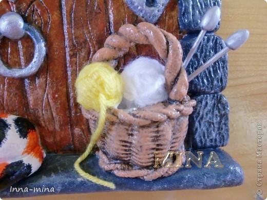 Мой долгодел. Подарок для подруги-вязальщицы. Дверца укреплена на деревянной плате 30х30 см, на которой и находятся крючки для ключей. фото 3