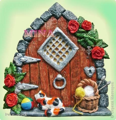 Мой долгодел. Подарок для подруги-вязальщицы. Дверца укреплена на деревянной плате 30х30 см, на которой и находятся крючки для ключей. фото 1