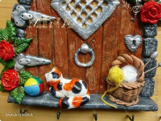 Мой долгодел. Подарок для подруги-вязальщицы. Дверца укреплена на деревянной плате 30х30 см, на которой и находятся крючки для ключей. фото 5