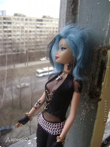 Догадайтесь кто она была в прошлой жизни?? Барби фея! С крыльями, блёстками и так далее. Ну чтож..кардинальные изменения ей к лицу.  фото 2