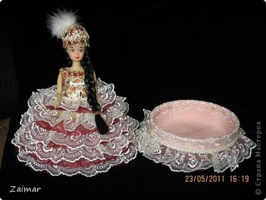 Эту куколку я сделала по МК, ineska,  (http://stranamasterov.ru/node/128514) спасибо вам огромное. Постаралась найти куклу с черными волосами, так как задумка кукла в национальном костюме. Заказ из садика, сделать поделку к 20-летию независимости Казахстана. Надеюсь задумка удалась. В сад еще не относила поэтому не знаю реакцию воспитателей. фото 3