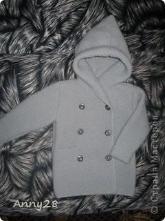 Свершилось!  Наконец-то у сынули есть вязаная обновка. Это что-то вроде пальто, на прохладную погоду. Демонстрировать он отказался . Вот что получилось...   фото 1