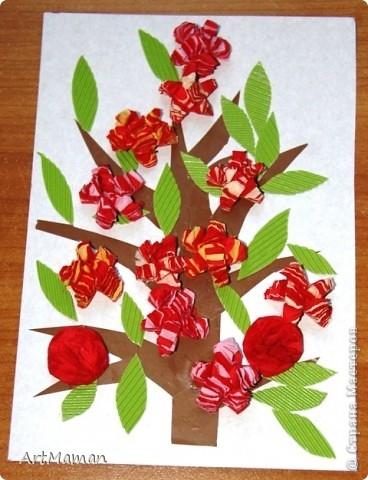 Цветы из бумажных салфеток (розовых и белых). Цветы делала заранее, но клеила их дочка (1,5 года) по своему усмотрению. Лучики солнца из пластилина. фото 2