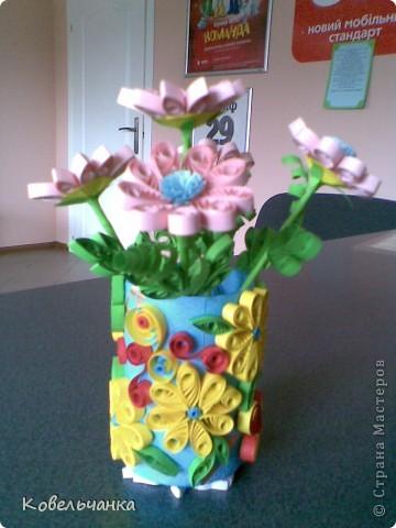 Цветы из квиллинга в вазе из квиллинга
