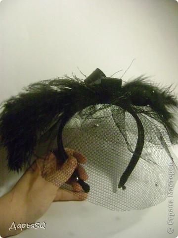 Шляпка сделанная на основе обруча, с добавлением вуали из сетки. Вуаль распологаеться на двух уровнях.   Сетка вырезается в виде полукруга разных размеров А когда пришивается к обручу собирается на сборку фото 1
