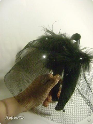 Шляпка сделанная на основе обруча, с добавлением вуали из сетки. Вуаль распологаеться на двух уровнях.   Сетка вырезается в виде полукруга разных размеров А когда пришивается к обручу собирается на сборку фото 3