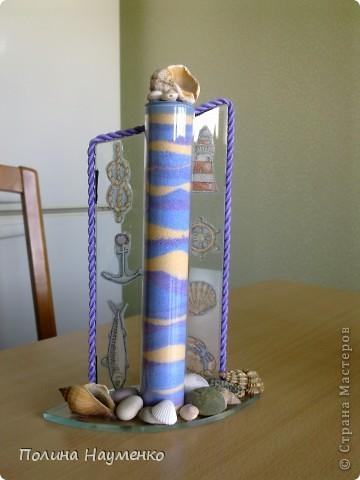 Раньше это была просто ваза на один цветок. Теперь это декоративная бутыль с цветной солью и ракушками)) Планирую подарить свекру...