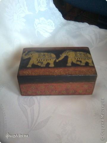 Приятельница попросила меня из старой резной шкатулки сделать внучке подарок в индийском стиле.Нахалтурила я ,конечно,порядком,не удалось ровно зашпаклевать резьбу,на фотке не видно.Вобщем,вот что вышло. фото 2