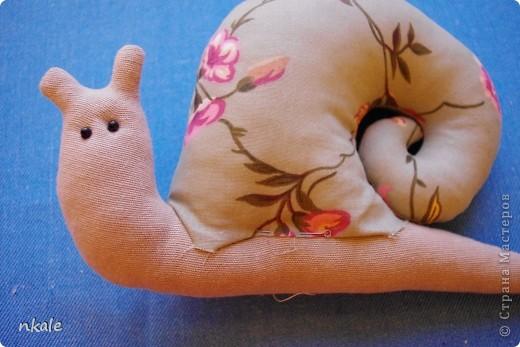 Одна из самых простых и самых популярных тильд -  Тильда Улитка.  Очень хороша для совместного творчества с ребенком - и просто для себя любимой)) Как выяснилось, многим кажется незаслуженно сложной в выворачивании и набивании;  поэтому - раскрываю секреты!  фото 9